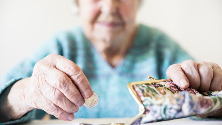 alte Frau zählt Geld