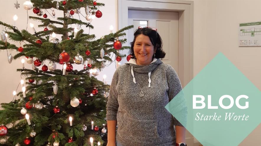 MS-Betroffene Steffi H. mit Weihnachtsbaum