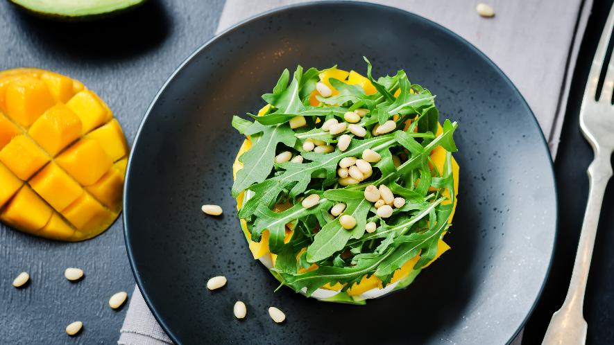Rucola-Mango-Salat mit Pinienkernen