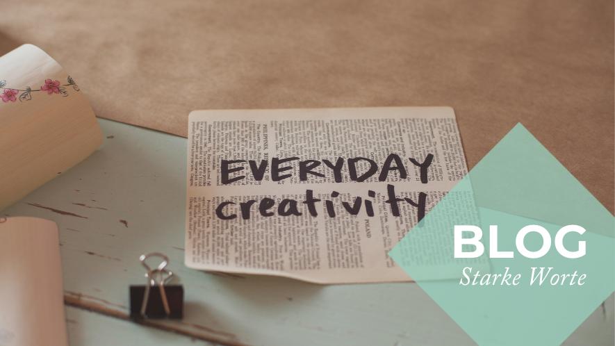 """Eine Zeitung mit der Aufschrift """"Everyday Creativity"""" auf einem Tisch"""