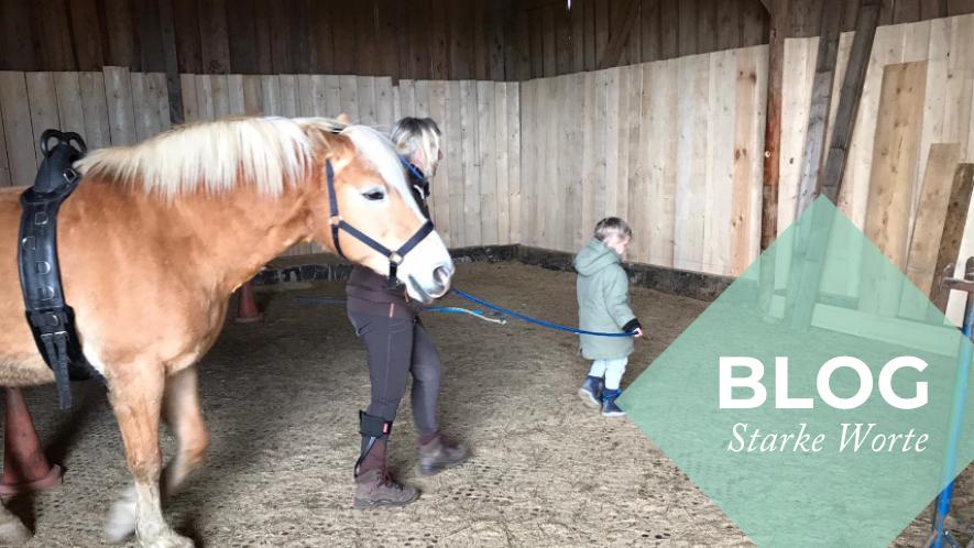 MS-Betroffene Sandra mit Enkel und Pferd