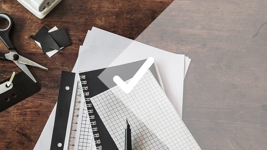 Haken vor Schreibunterlagen