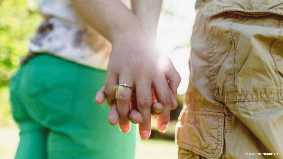 Mann und Frau halten Händchen