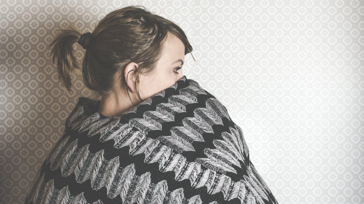 Frau in Wolldecke eingehüllt