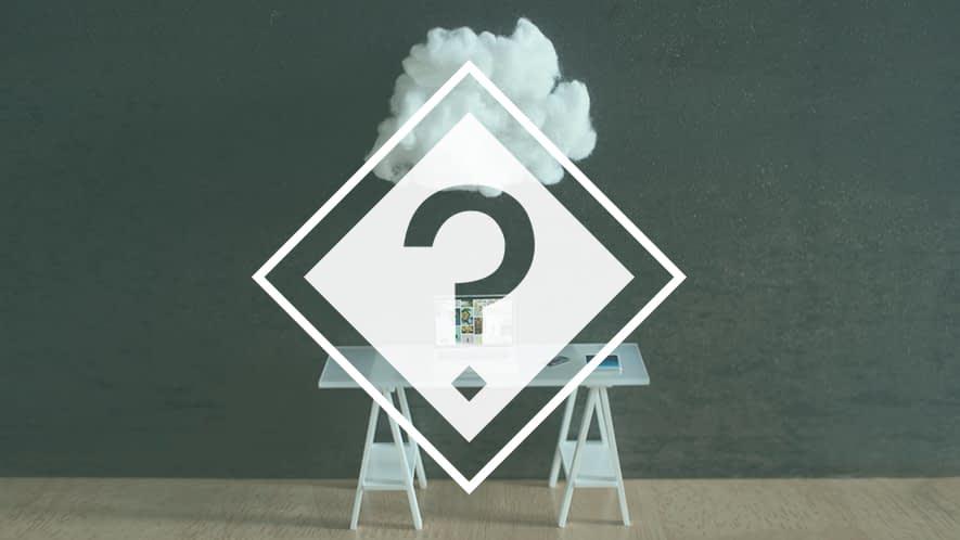 Fragezeichen vor Tisch, Laptop und Wolke