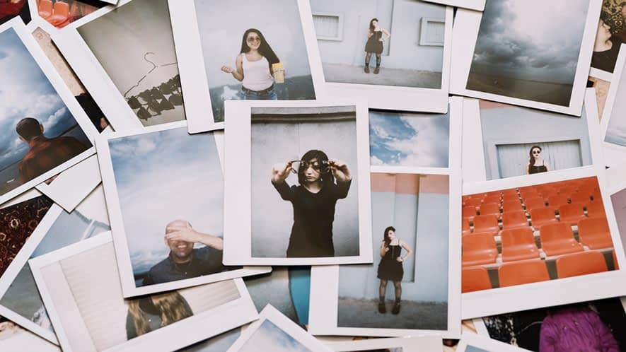 Polaroid-Fotos von verschiedenen Personen