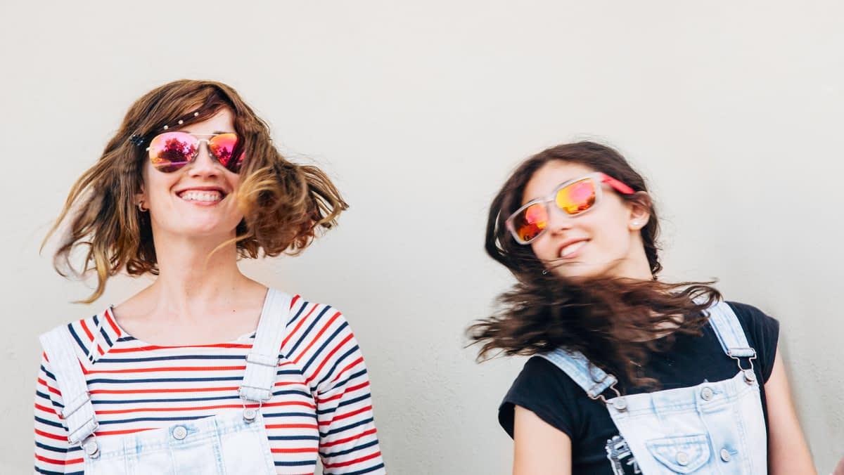 Zwei Frauen mit Sonnenbrillen