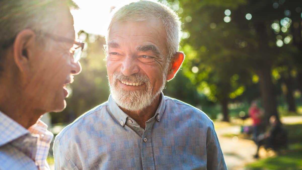 Zwei ältere Männer im Gespräch