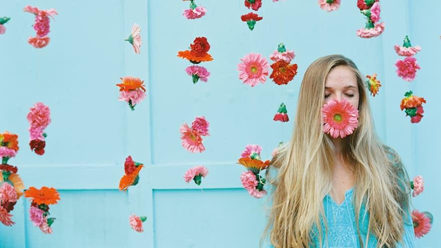 Frau mit Blume im Mund
