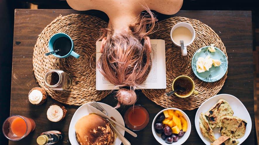 Frau legt Kopf auf den Tisch