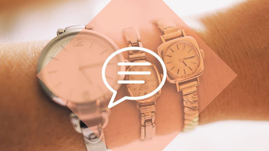 Drei Armbanduhren an Frauenarm