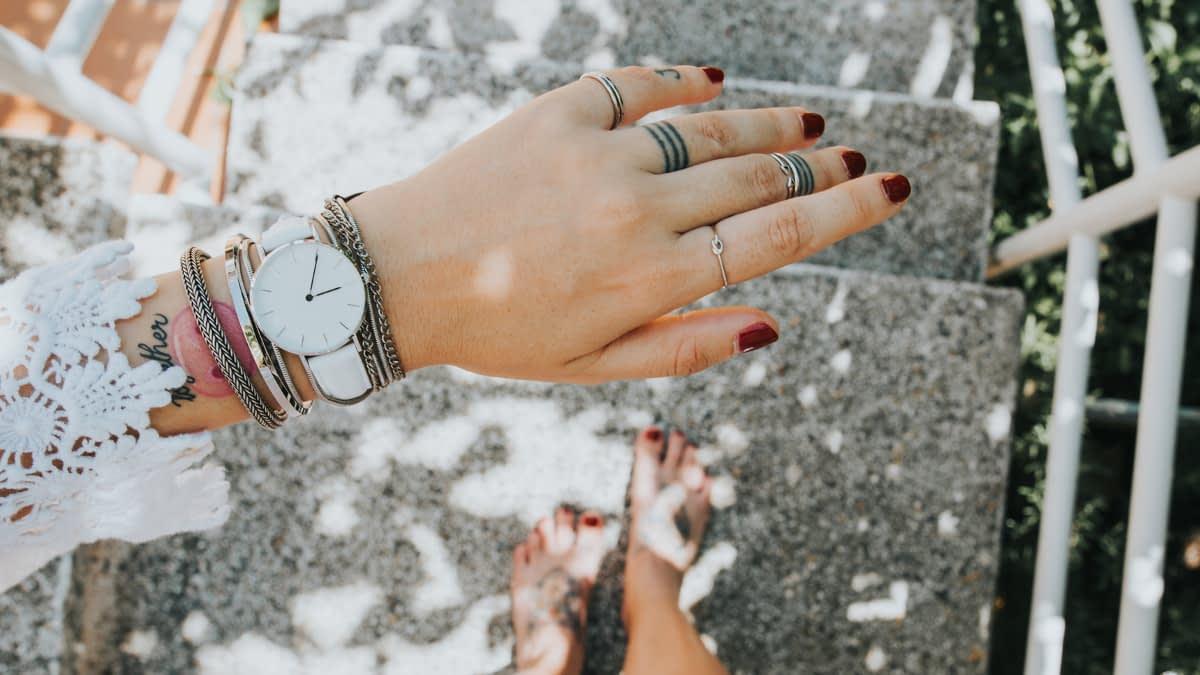 Uhr an Handgelenk von Frau von oben