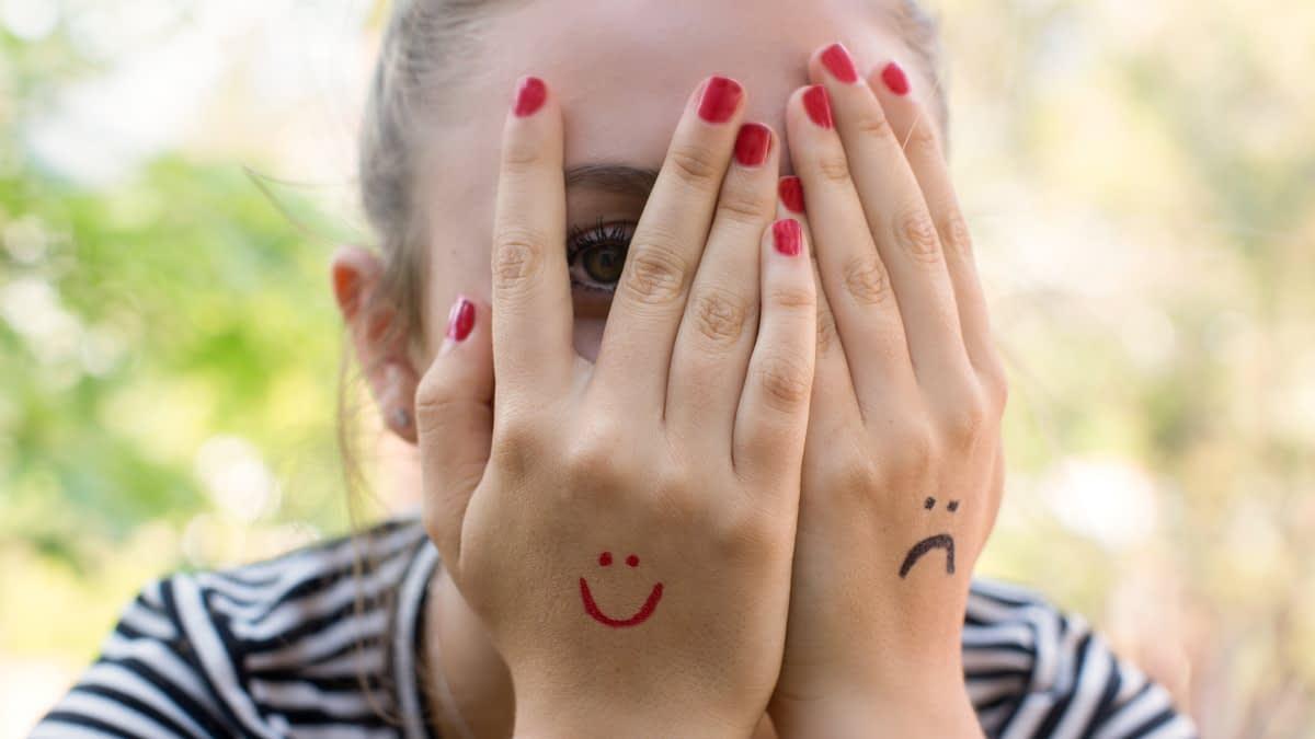 Mädchen mit Smileys auf den Händen