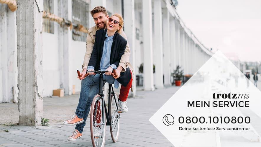 Junges Paar auf Fahrrad