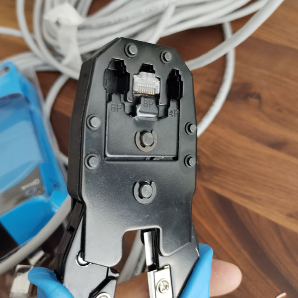 RJ45 connector aan utp kabel vastklemmen