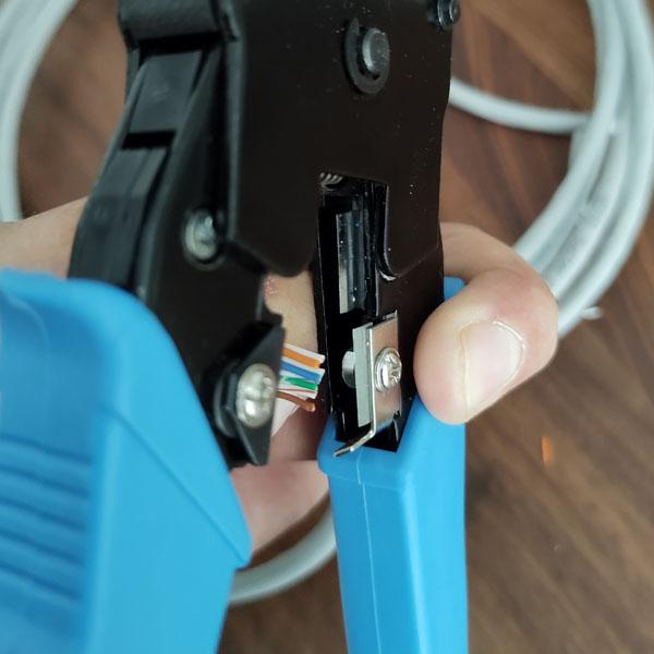 utp kabel binnenwerk afknippen