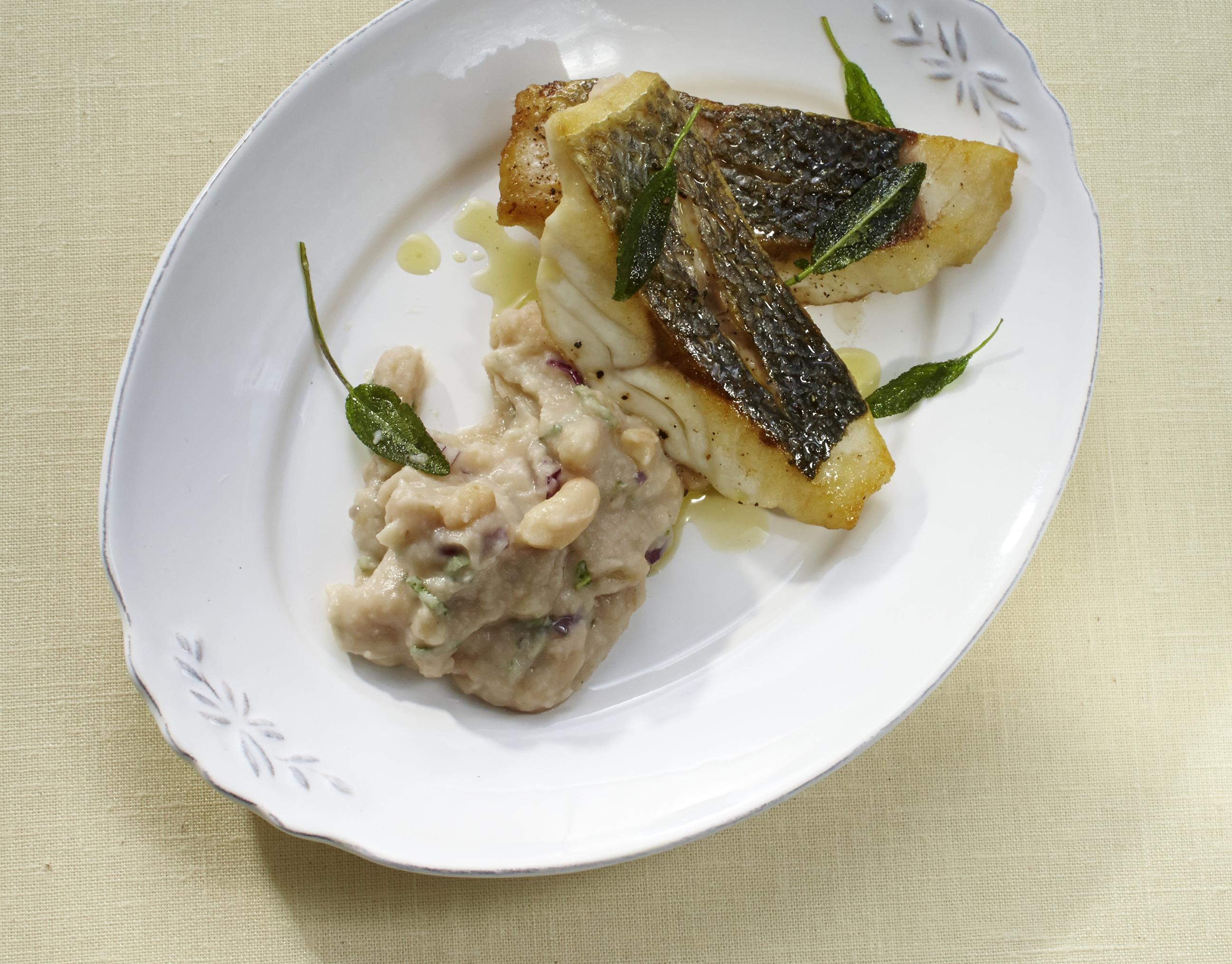 Wolfsbarsch mit Bohnenpüree & Salbei