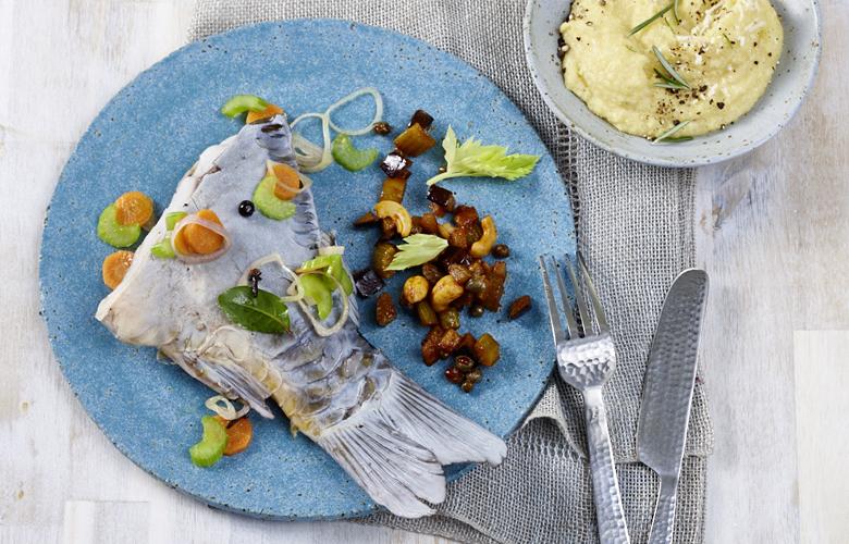 Karpfen-blau-mit-Caponata-Polenta-Rezepte-Hauptgerichte-780x500
