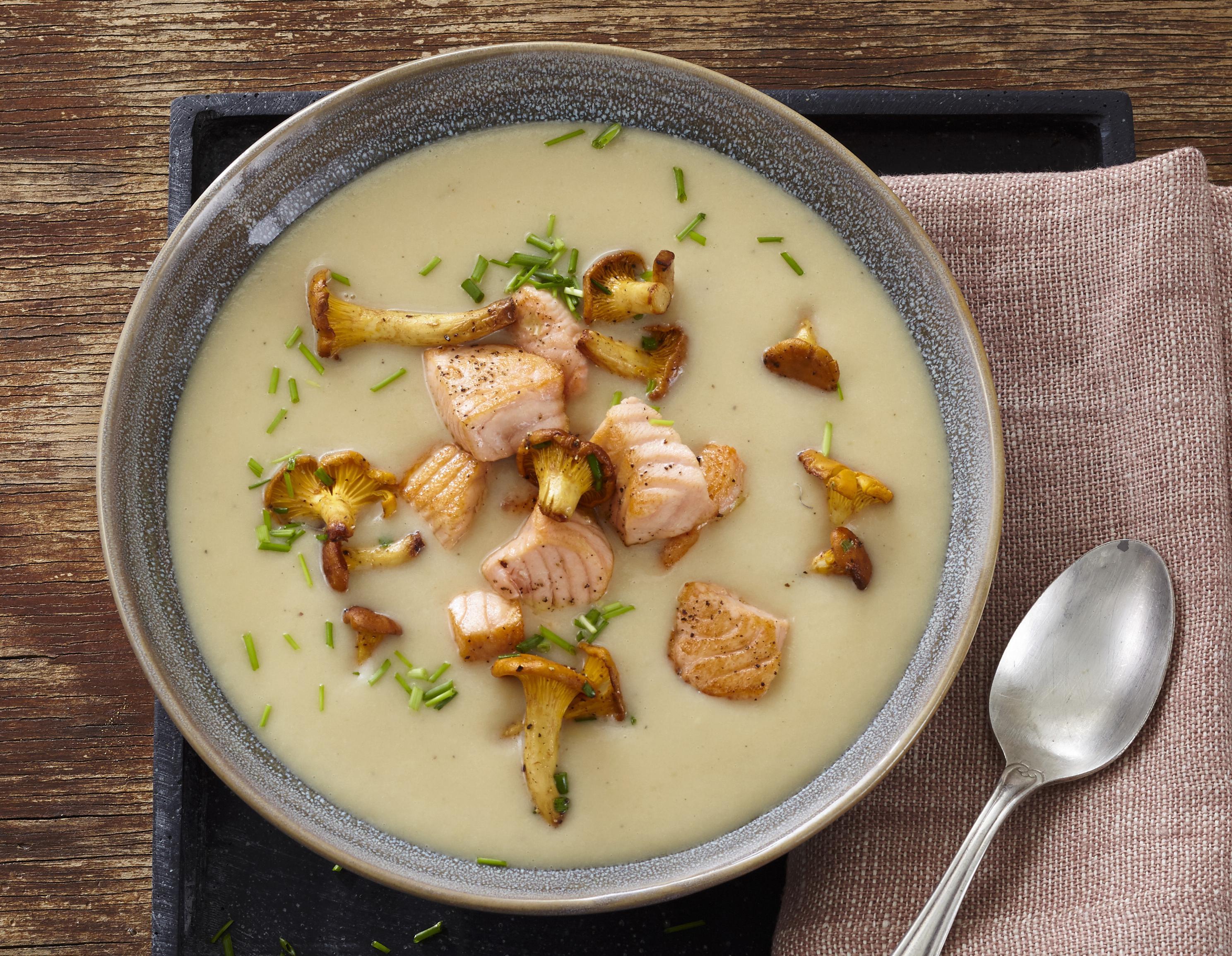 Kartoffelsuppe mit Lachs und Pilzen