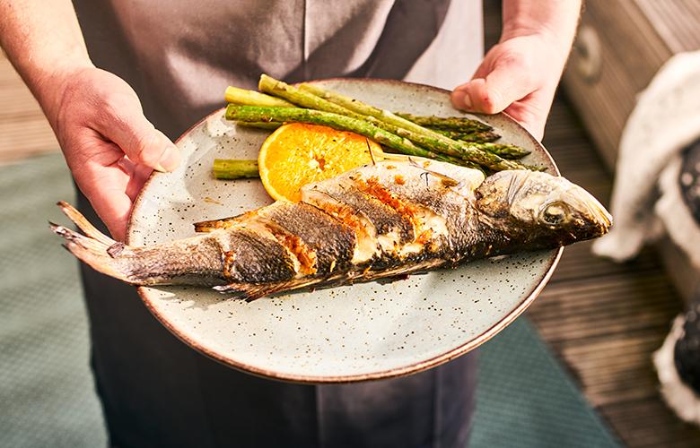 Ganze-Fische-grillen-Wolfsbarsch-auf-Teller-780x500