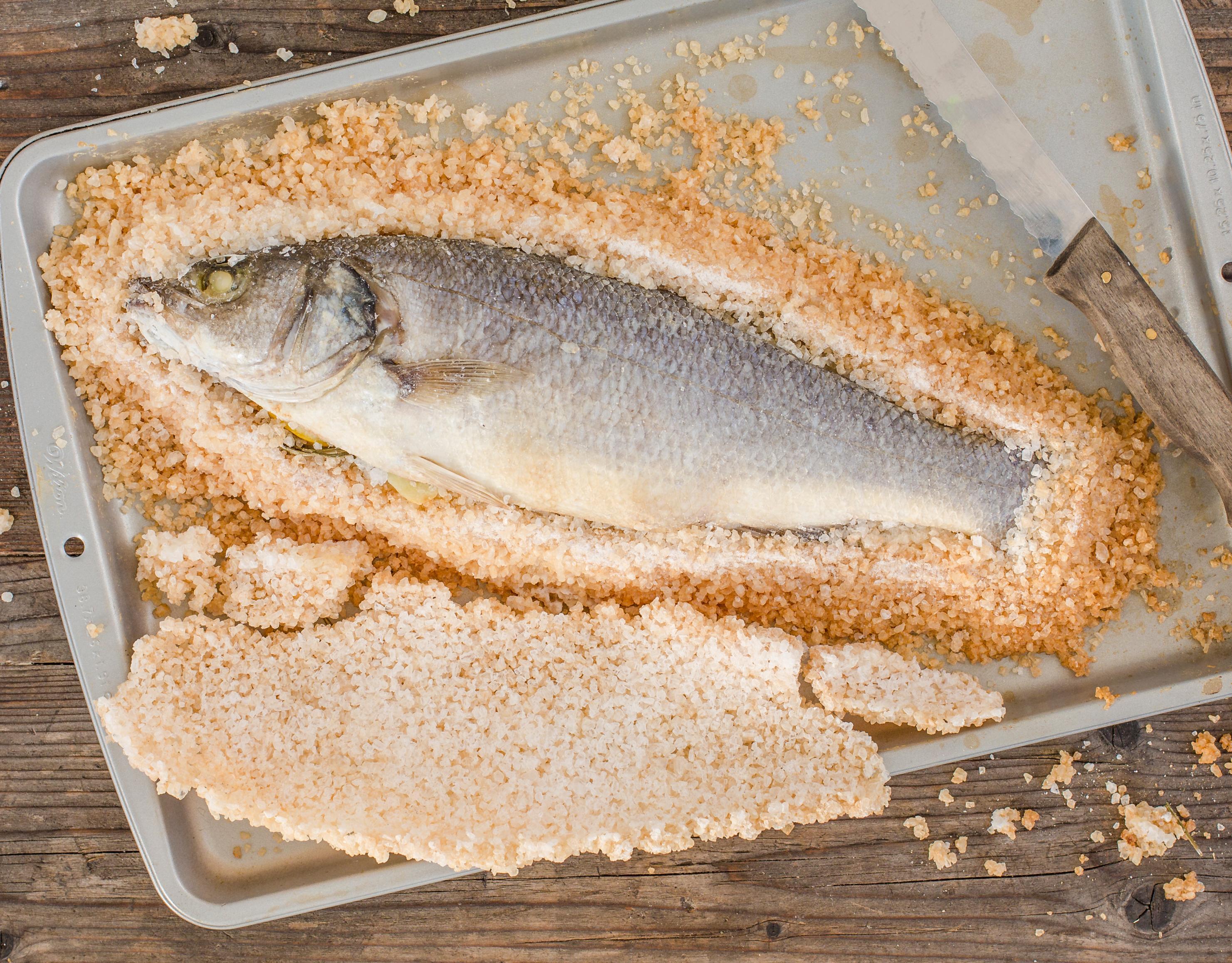 Wolfsbarsch in Salzkruste