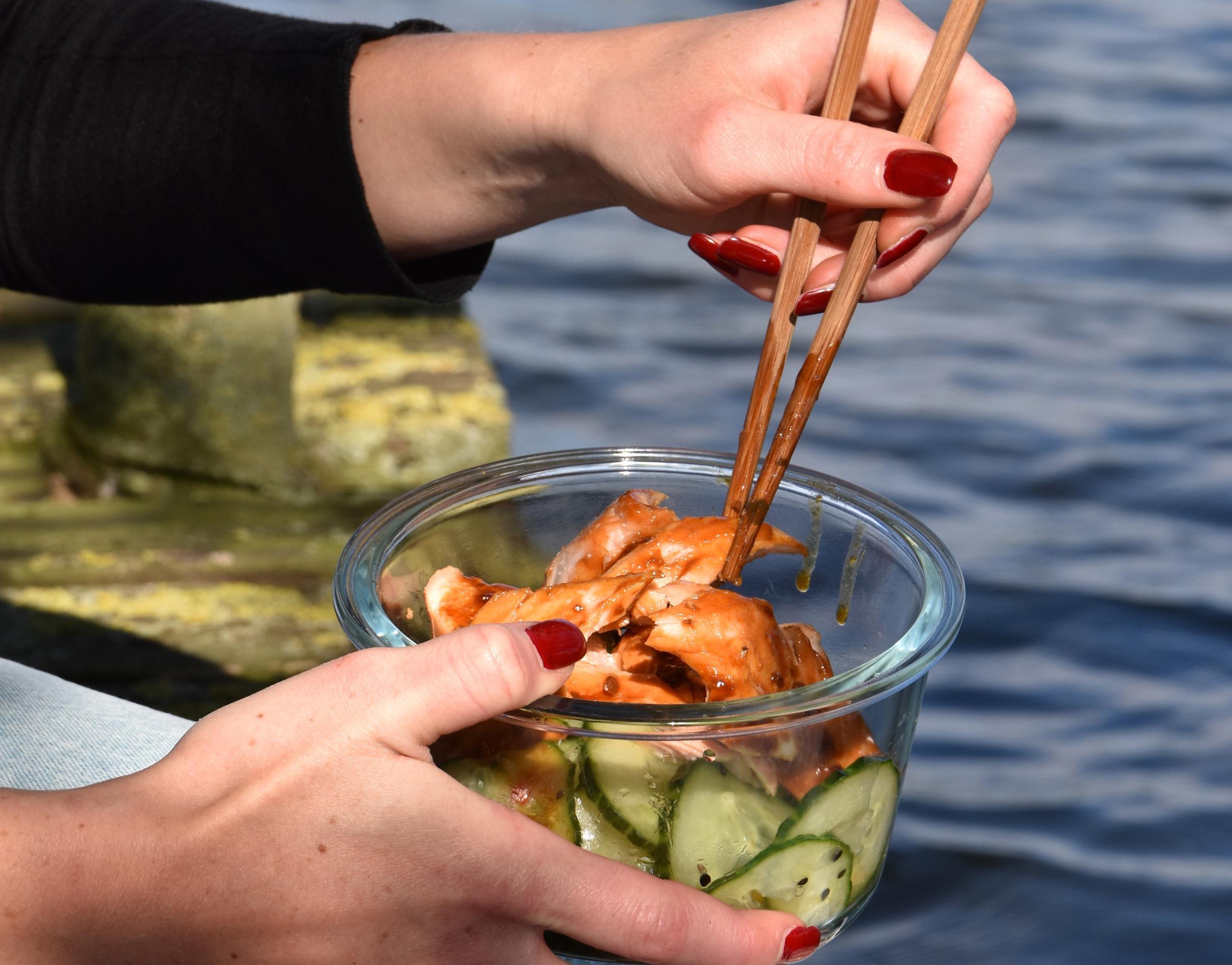 Teriyaki-Lachs mit Gurkensalat