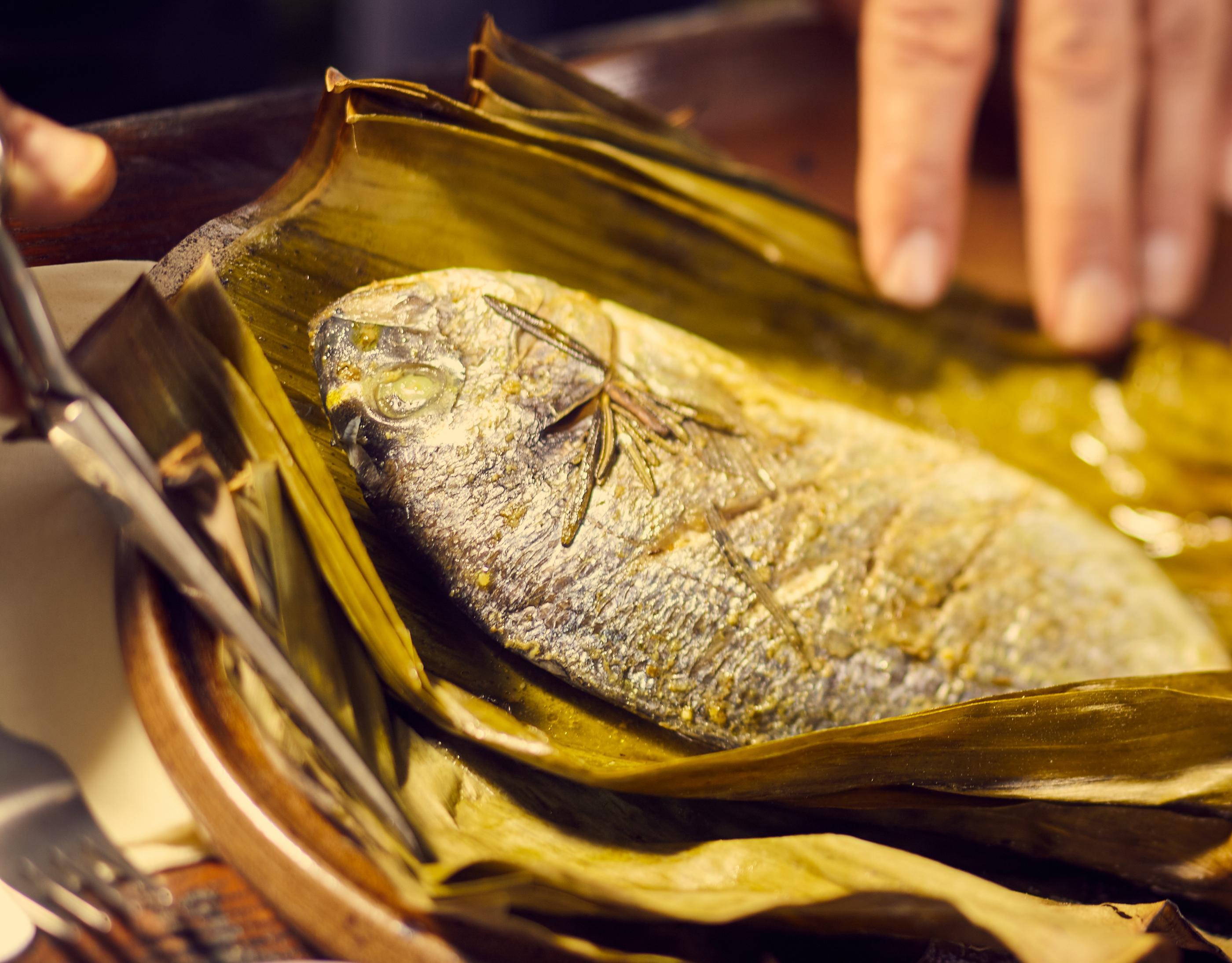 Fischpaket auf Asche
