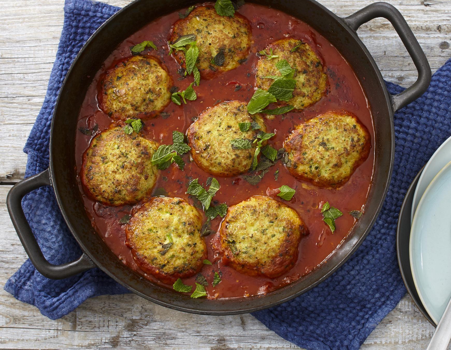 Fischfrikadellen in Tomatensauce geschmort