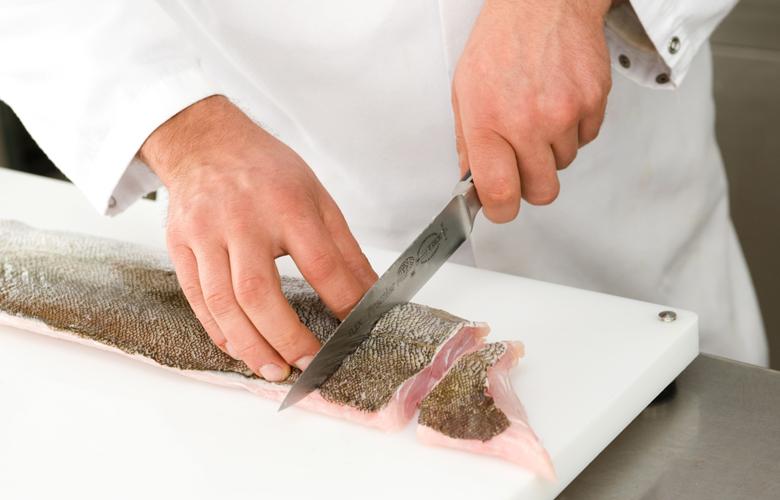 Geschaeftskunden-Handfiletierte-Fischportionen-Schneiden-780x500