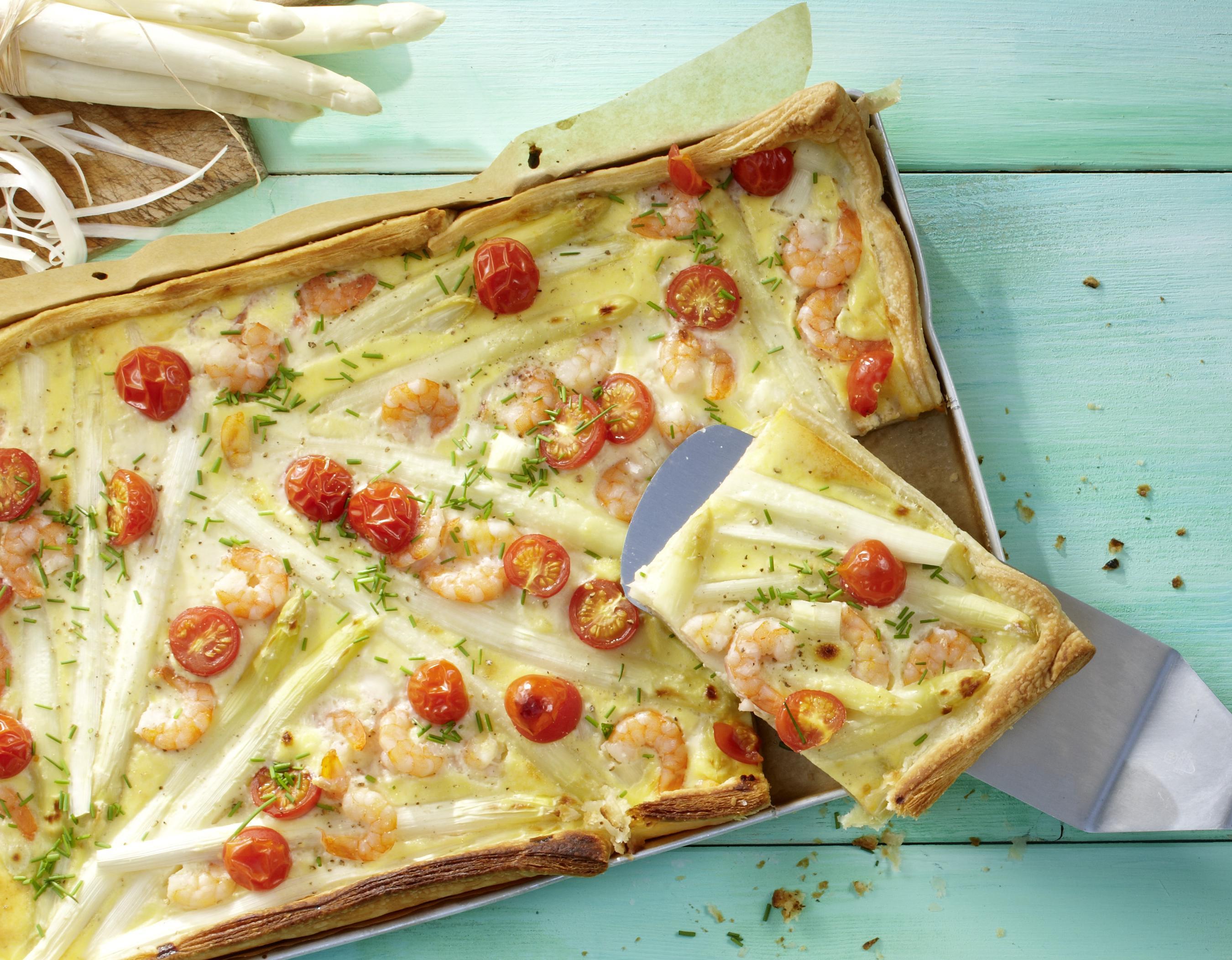 Blätterteigpizza mit Garnelen & Spargel