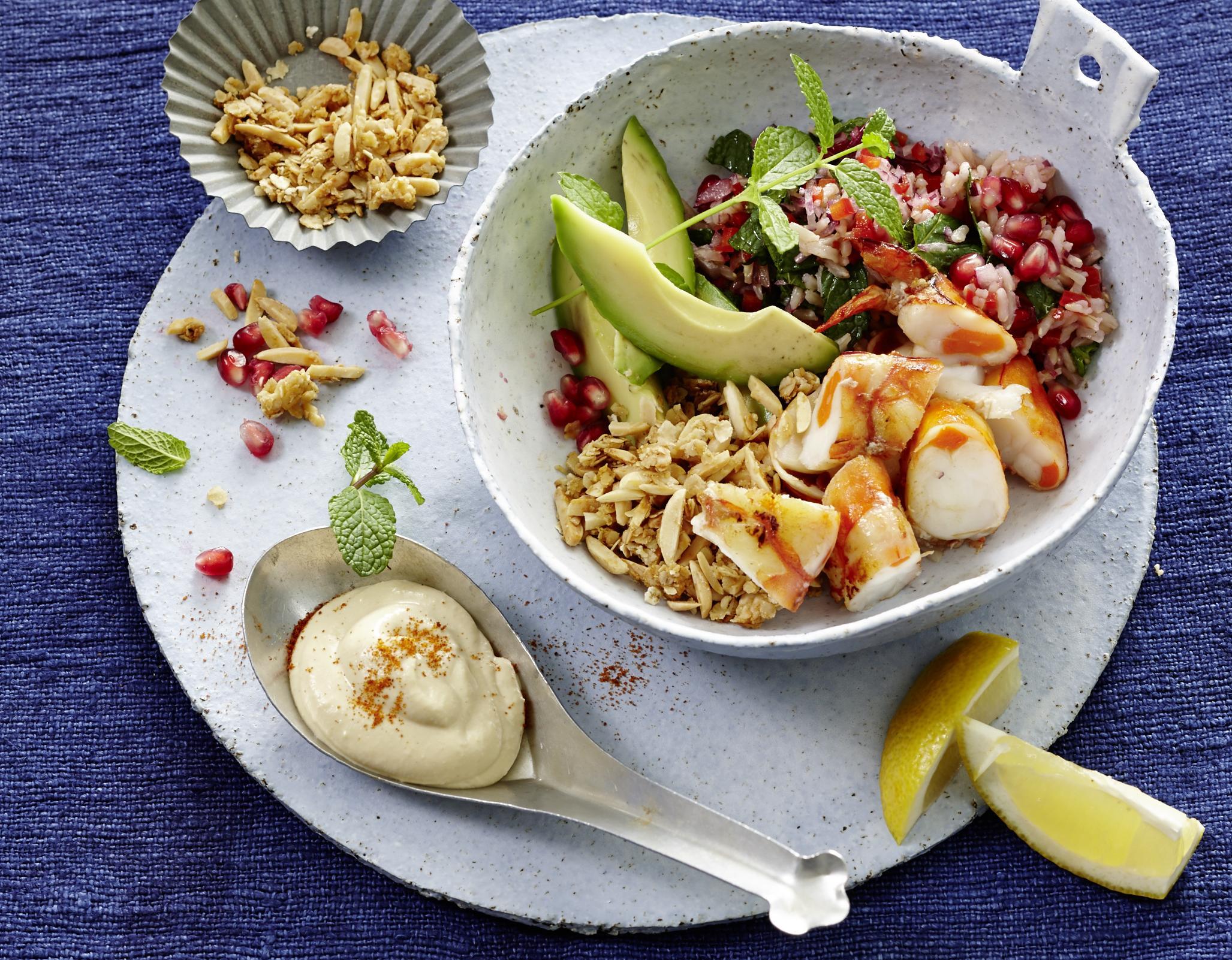 Rezept: Bowl mit Seatiger Garnelen, Avocado & Hummus