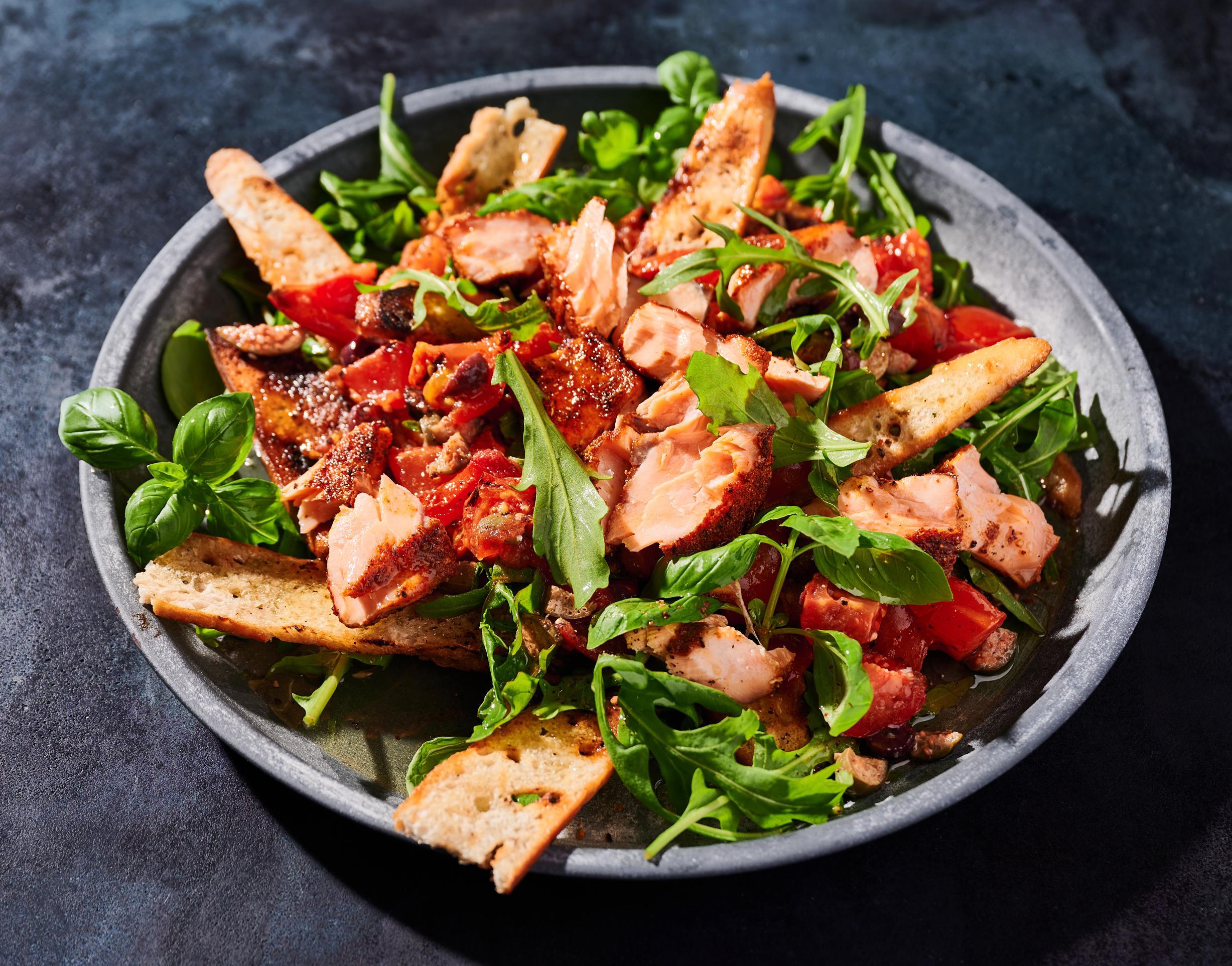 Gegrilltes Lachsfilet mit Tomatenbrotsalat