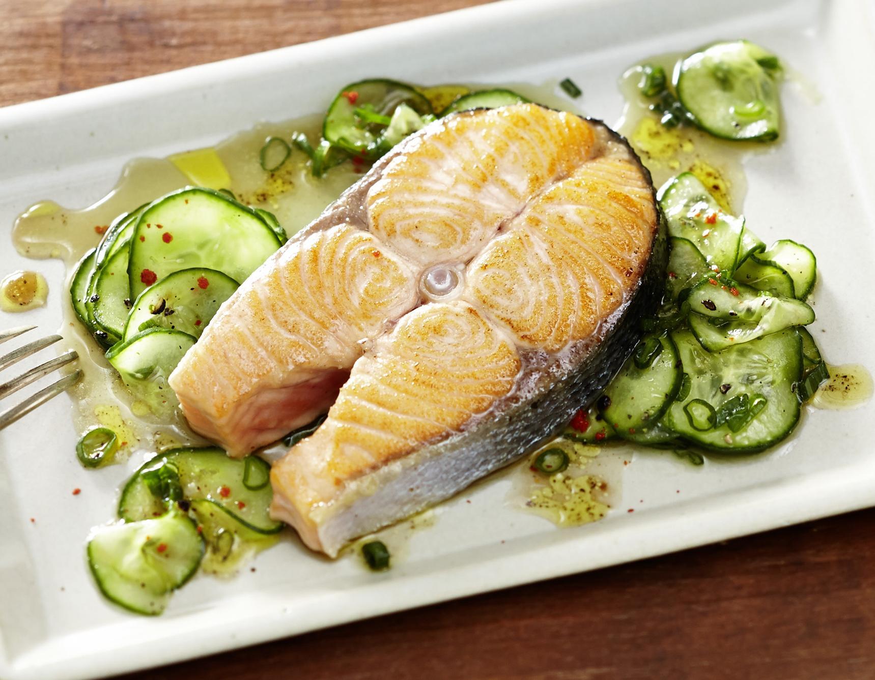 Gegrilltes Lachssteak auf Gurkensalat