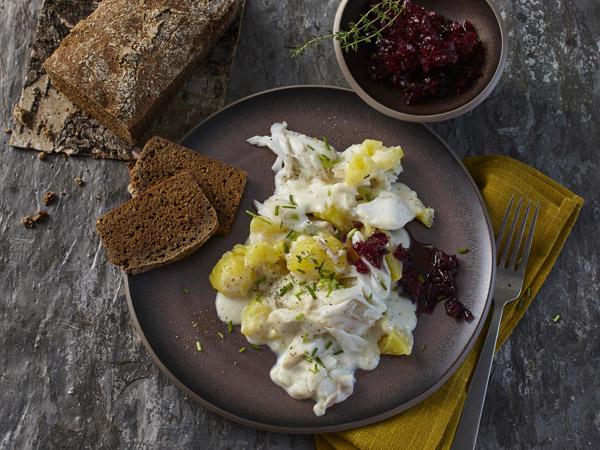 Kabeljau-mit-islaendischem-Kartoffelpueree-und-Roggenbrot-Rezepte-600x450