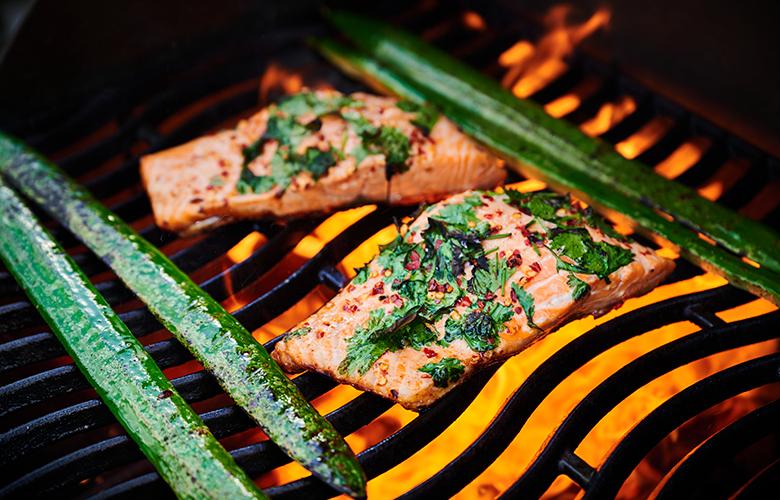 Fisch-grillen-auf-dem-Balkon-Lachforellenfilet-Grill-780x500