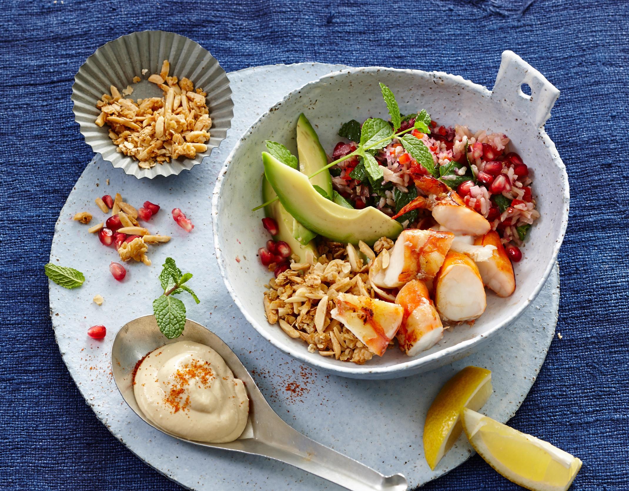 Bowl mit Seatiger Garnelne, Avocado & Hummus