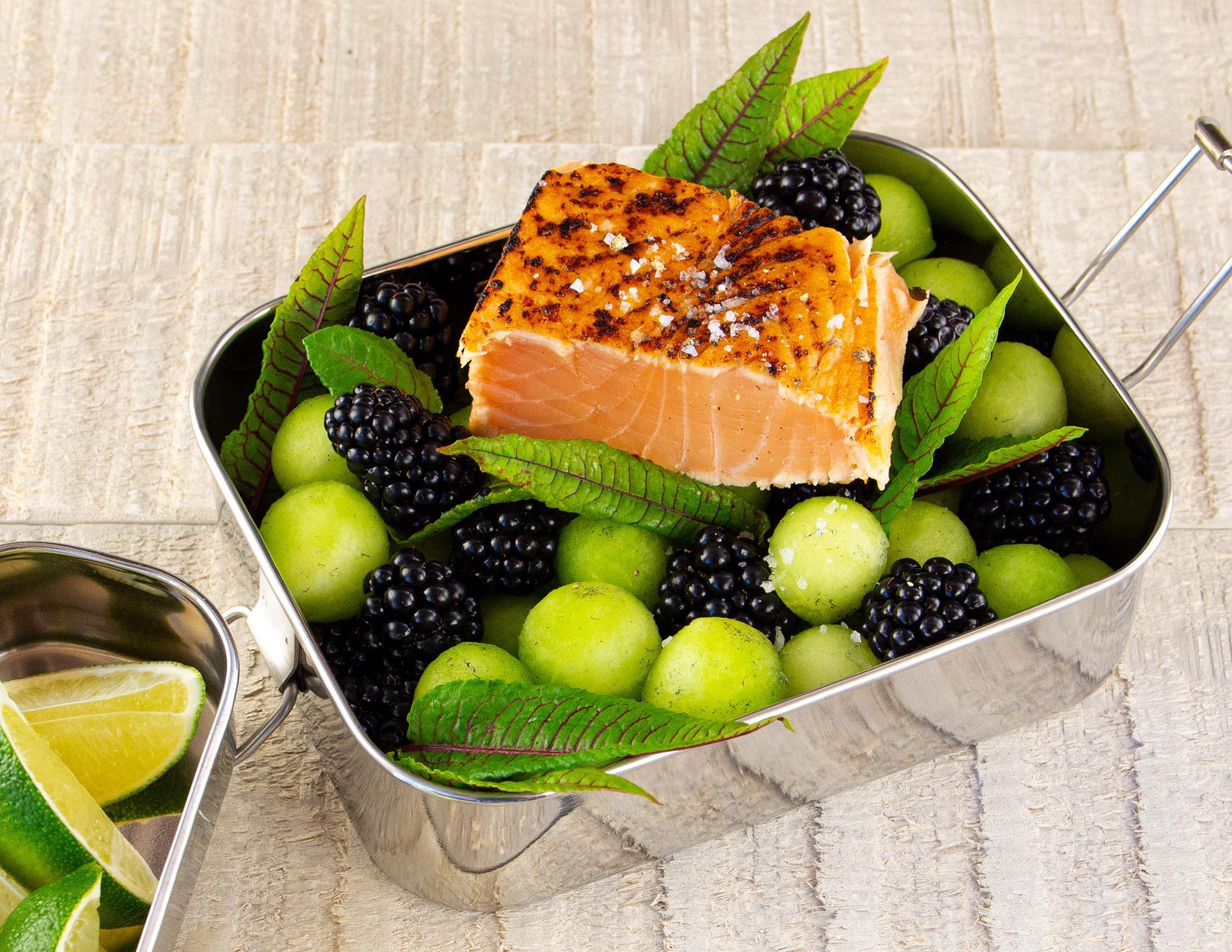Brombeer-Melonensalat mit Lachs Tataki