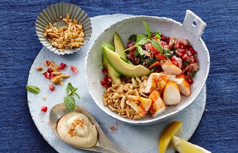 Bowl-mit-Garnelen-Avocado-Hummus-Rezepte-Vorspeise-780x500