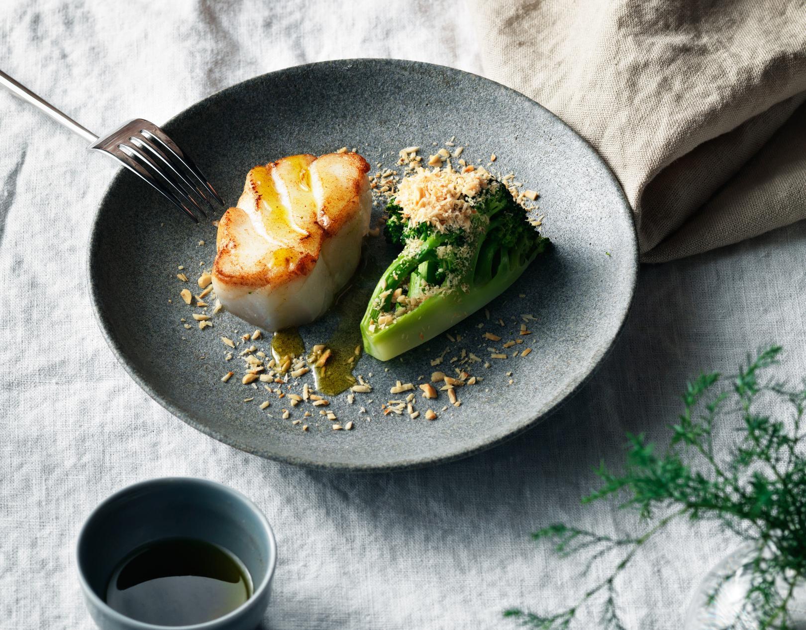 Skrei in der Pfanne gebraten mit Brokkoli und Haselnüssen