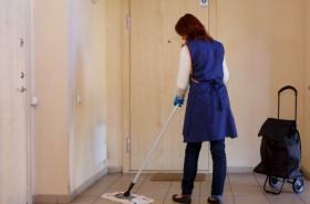 Kokybiškai išvalyti laiptines galima ir be kibiro vandens