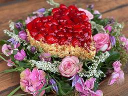 Erdbeer-Herz auf Blumenkranz