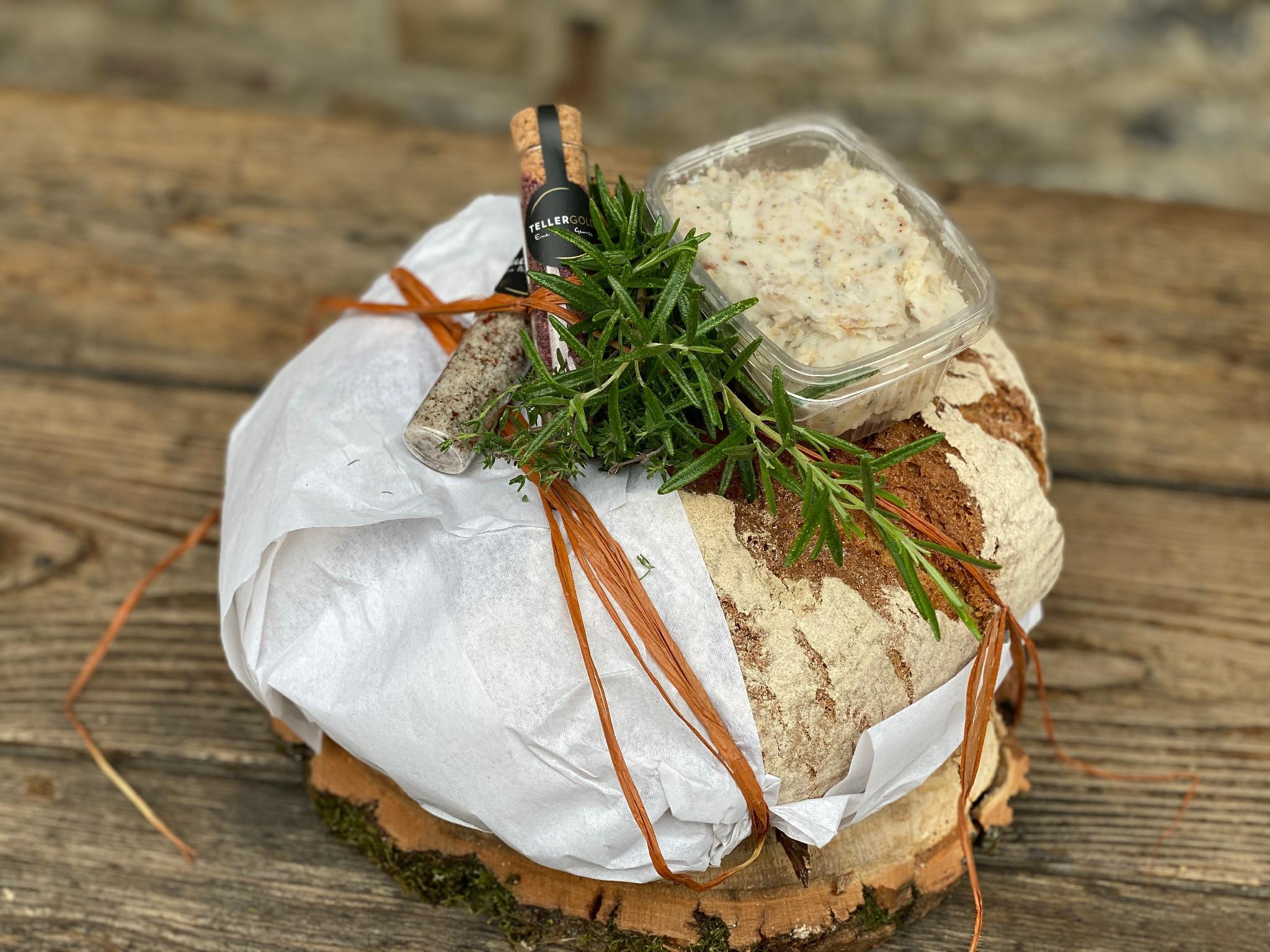 Holzofenbrot mit Schmalz und Salz