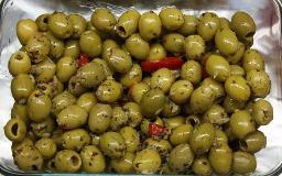 Oliven, grün, gefüllt mit Knoblauch u. Kräutern