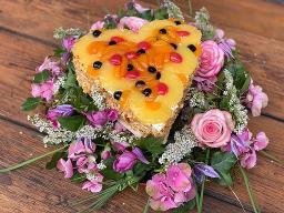 Obstkuchen-Herz auf Blumenkranz