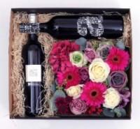 Luxusni darkova kvetinova krabicka   plna rezanych kvetin na dve lahve vina
