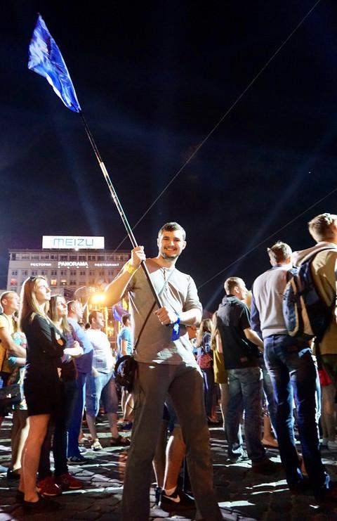 """Grande folla in piazza a Kiev per il """"conteggio alla rovescia"""" dell'entrata in vigore del """"libero transito"""" tra UE e Ucraina. 3743e654bc8806cc56444e39b87d762d-480x"""