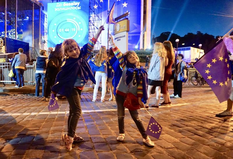 """Grande folla in piazza a Kiev per il """"conteggio alla rovescia"""" dell'entrata in vigore del """"libero transito"""" tra UE e Ucraina. 5ac403e94e04c109dec8d810831691e7-800x"""