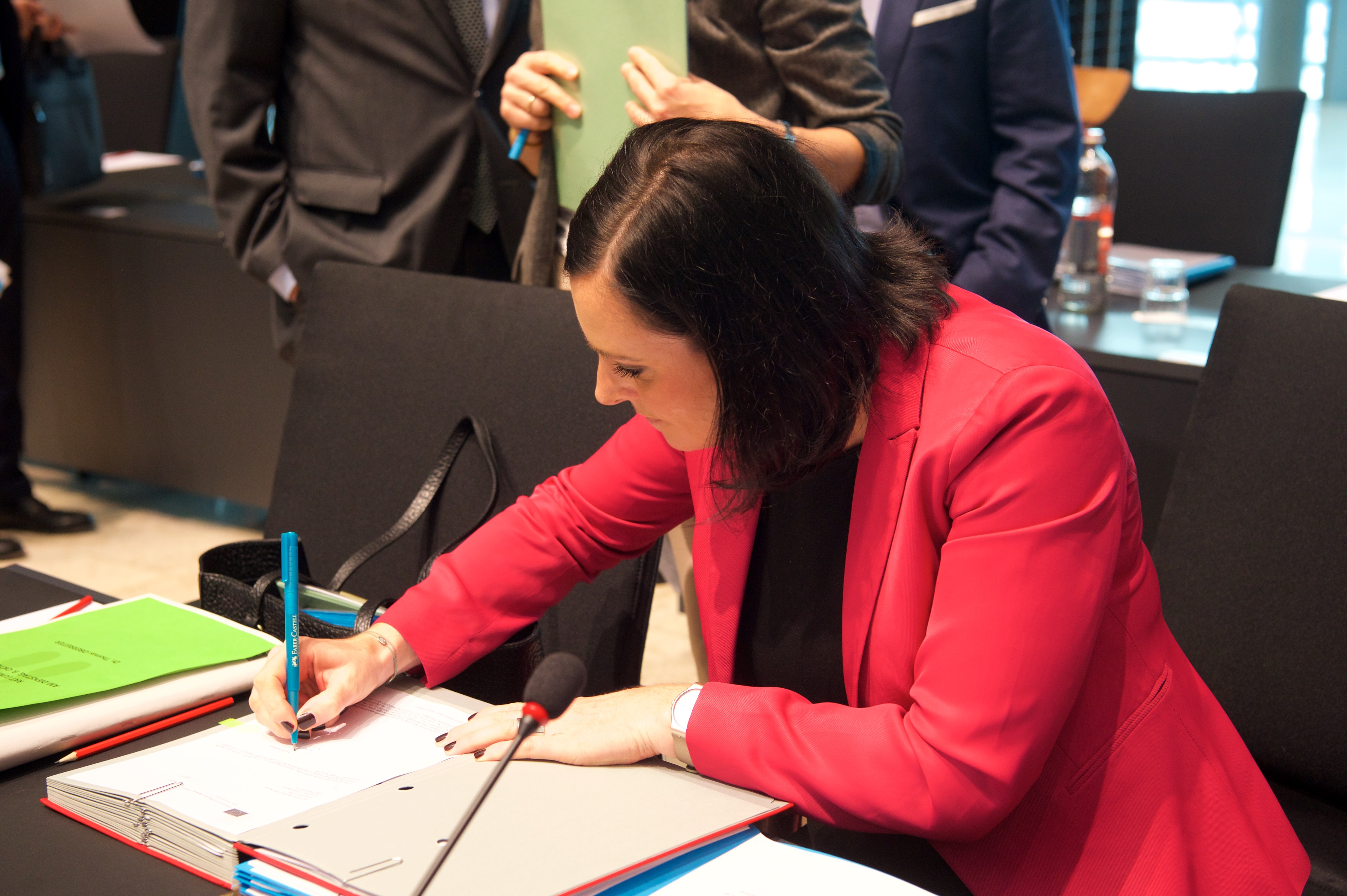 eu ministers seek slightly more ambition in co2 cars bill