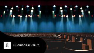 tuoleja katsomossa, taustalla esiintymisvalot. nuorisopalveluiden logo