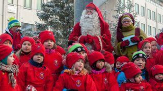 Lapset laulavat tonttuparaatissa Lordin aukiolla.